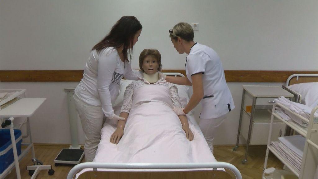 Félévi vizsga előtt a védőnő hallgatók Sátoraljaújhelyen