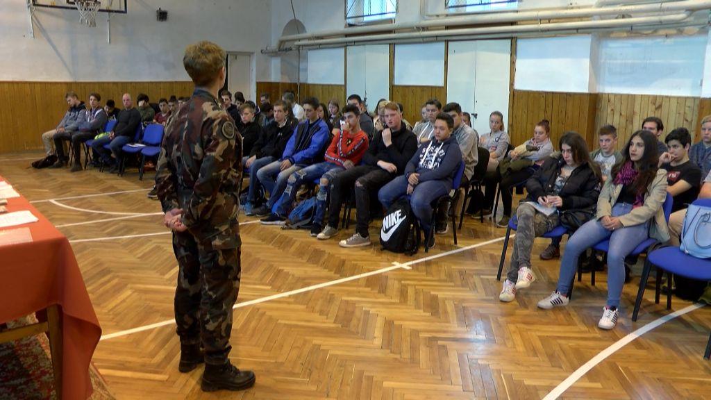 Irány a sereg! - A Kossuth Lajos Gimnáziumban népszerűsítették a katonai pályát