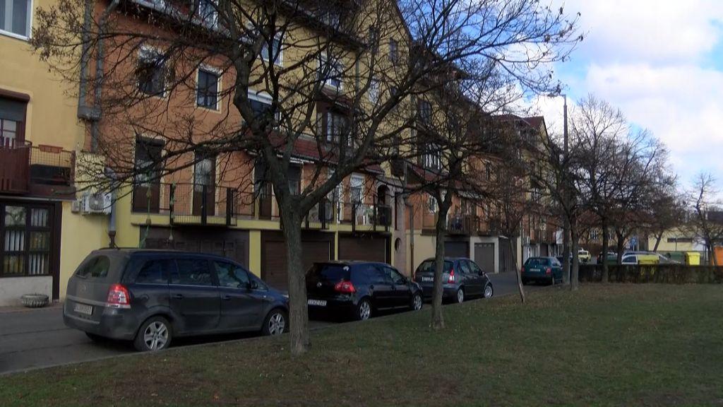 Új parkolóhelyeket alakítanak ki az Esze Tamás utcai lakótömb mögött Sátoraljaújhelyen
