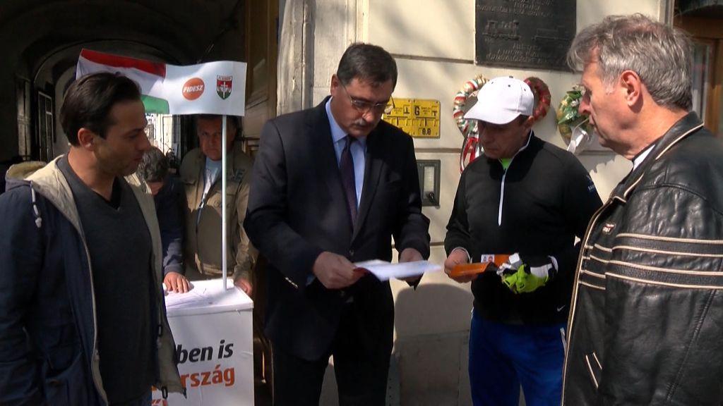 Aláírásokat gyűjtött a Fidesz sátoraljaújhelyi csoportja a miniszterelnök által bejelentett 7 pont támogatására