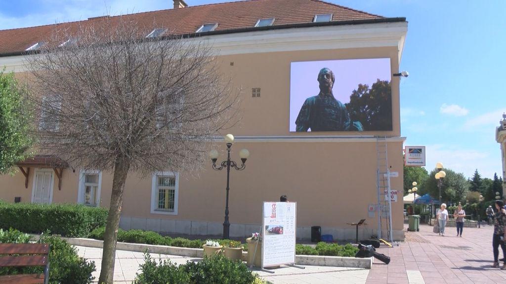 LED-fal hirdeti a programokat az újhelyi sétálón