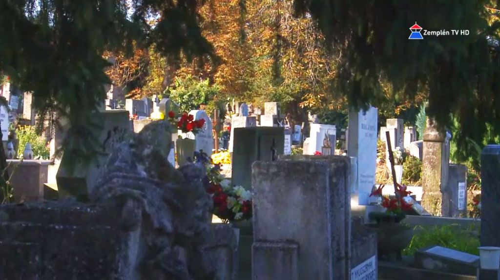 Halottak napja előtt a temetőben